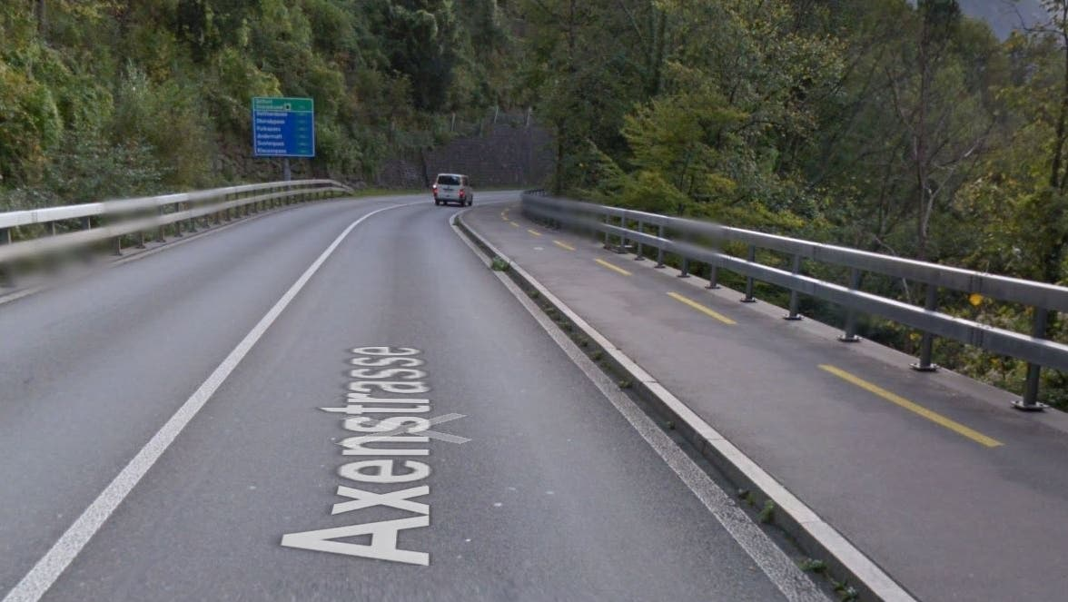 Im Bereich Gumpisch zwischen der Tellsplatte und Sisikon kam es am Sonntag zu einem schweren Unfall. (Screenshot Google Maps)
