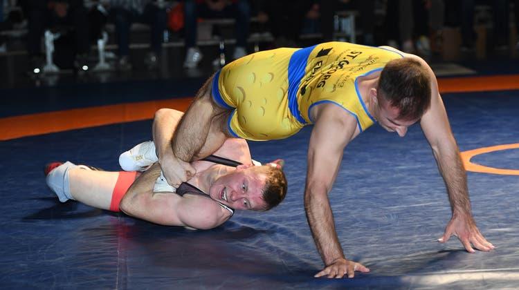 Nils Leutert (links) bei einer seiner Beinschrauben an Gegner Dany Kälin. (Willi Steffen)