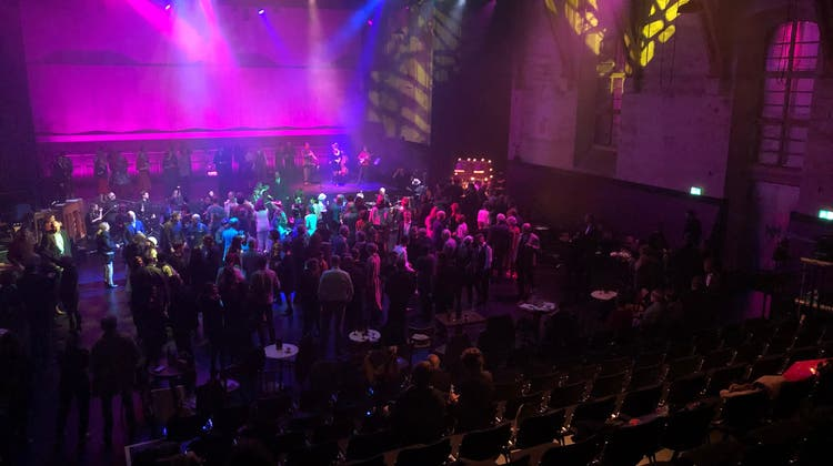 Bei der Eröffnung der Alten Reithalle tanzten alle geladenen Gäste; na, fast alle. (Katja Schlegel / Aargauer Zeitung)