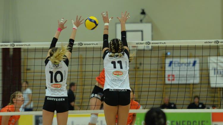 Jasmin Kuch (11), hier mit Alina Hofacher, zeigte gegen Kanti Schaffhausen am Block eine starke Partie. (Bild: Reinhard Kolb)