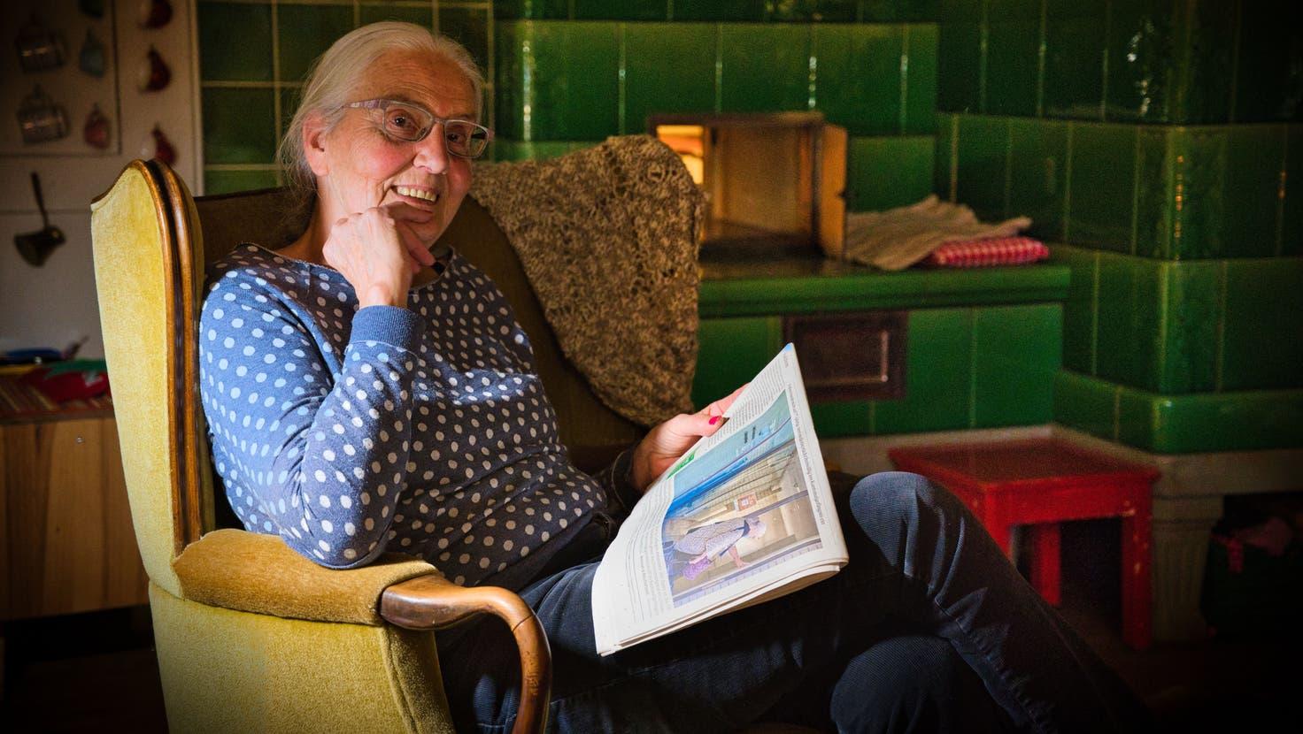 Agatha Bortolin sitzt wieder in ihrer warmen Stube mit dem Kachelofen und liest dabei die «Thurgauer Zeitung» vom Freitag, als sie die Front zierte, wie sie das Kantonalgefängnis in Frauenfeld betritt. (Bild: Manuel Nagel (Räuchlisberg, 18.Oktober 2021))