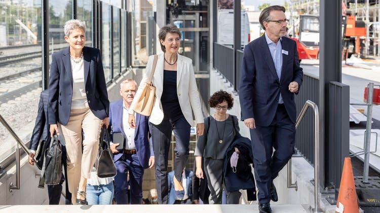 Bundesrätin Simonetta Sommaruga (Mitte) weihte am 9. September die Wohler Verkehrsdrehscheibe, also den neuen Bahnhofplatz samt Bushof, ein – obwohl sich dieser noch im Bau befand. (Severin Bigler (9.9.2021))
