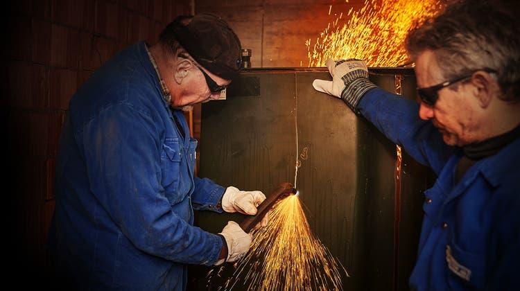 Tankrückbau in Riedholz: Kurt Ingold (l.) und Tino Sirna schneiden die Stahlwand des Tanks in Streifen. (José R. Martinez)