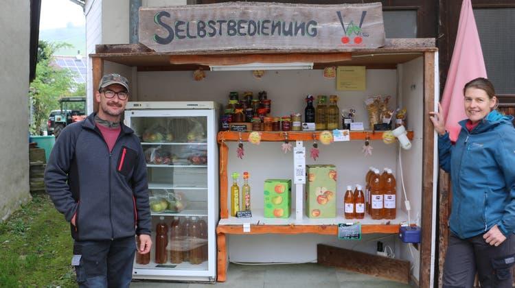 Vertrauen auf die Ehrlichkeit der Kunden: Urs und Monika Weiss, Betreiber der«Früchtefarm»in Sulz. (Dennis Kalt / Aargauer Zeitung)