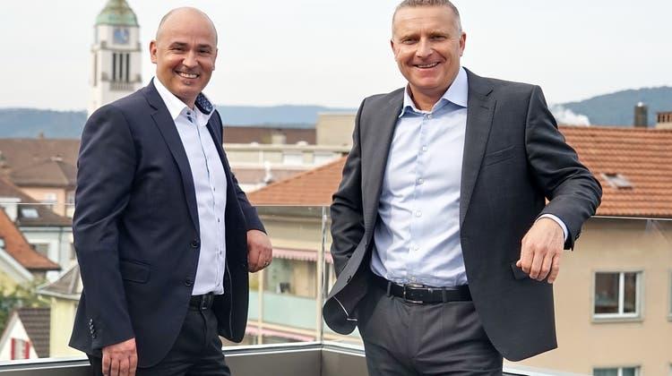 Führen die Bank in die Zukunft: Philipp Staubli, Vorsitzender der Bankleitung (l.), und Urs Leemann, Verwaltungsratspräsident der Raiffeisenbank an der Limmat. (Bild: Thomas Pfann)
