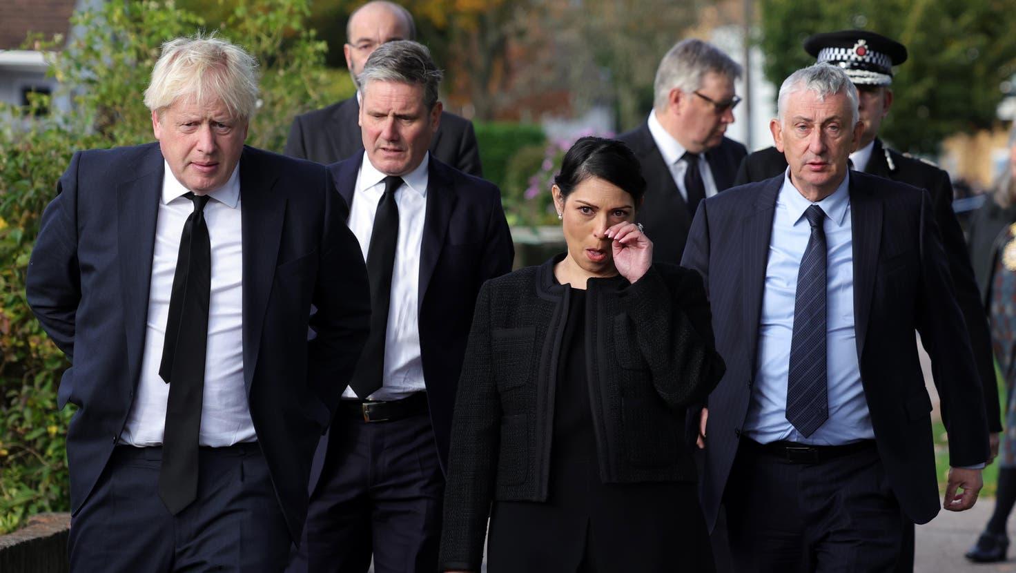 Der britische Premier Boris Johnson mit dem Labour-Chef Keir Starmer und Innenministerin Priti Patel bei ihrem Besuch in Leigh-on-Sea, wo am Freitag der Abgeordnete David Amess ermordet worden ist. (EPA)