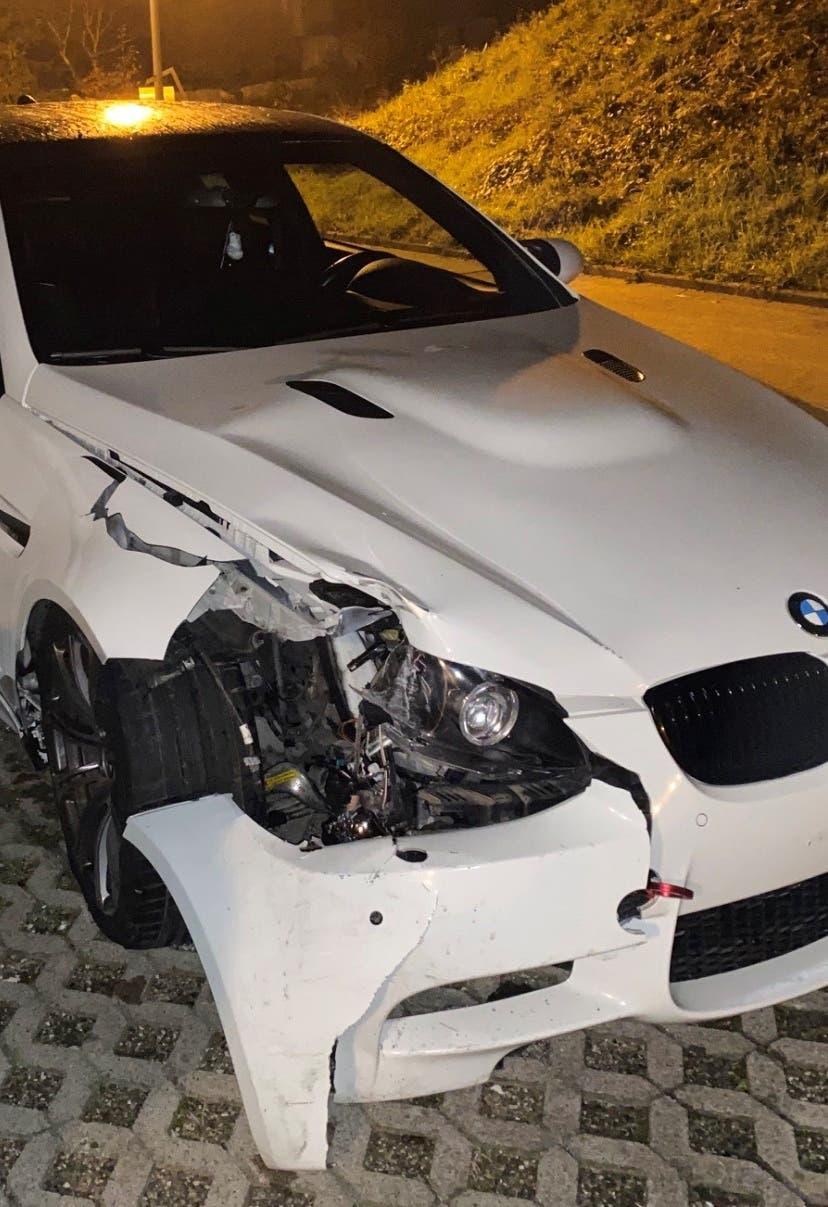Holderbank AG, 17. Oktober: Mutmasslich alkoholisiert kam ein Neulenker in der Nacht von der Strasse ab und prallte gegen eine Strassenlampe. Der Automobilist blieb unverletzt. Der Sachschaden ist gross.
