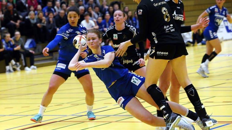 «Wir bleiben dran, drücken unser Spiel durch», sagt Yael Gwerder, hier 2018 im Dress des LK Zug (am Ball). (Werner Schelbert (zuger Zeitung) / Zuger Zeitung)