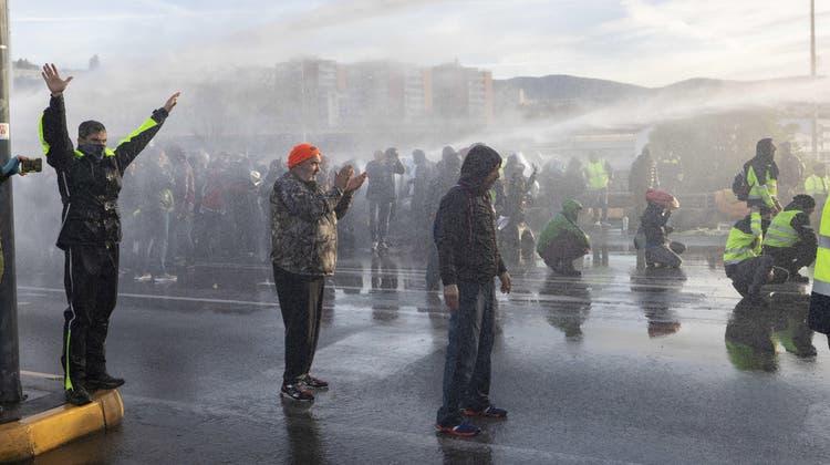 Es wurden Wasserwerfer gegen die Demonstranten eingesetzt. (Bild: Paolo Giovannini / EPA (Triest, 18. Oktober))