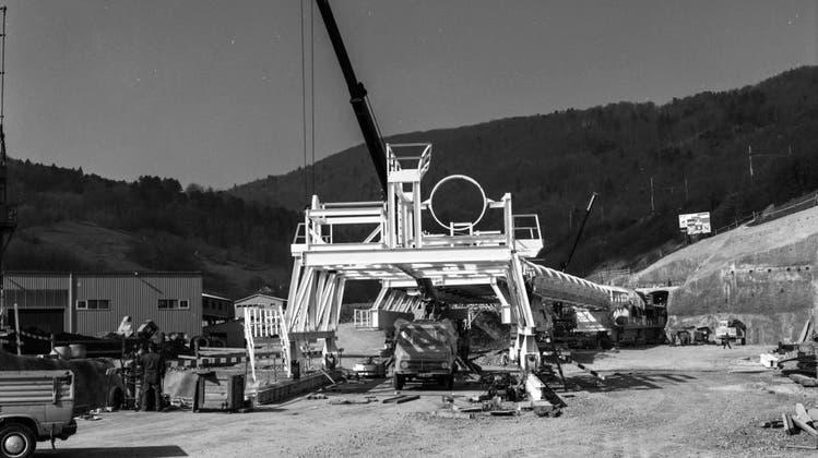 Am 13. März 1990 wird die Tunnelbohrmaschine am Bözbergtunnel installiert. (Zsolt)