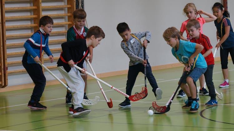 Ist nicht so einfach, wie es aussieht: Die Schülerinnen und Schüler der Unterstufe üben sich im Unihockey. (Ruedi Burkart)