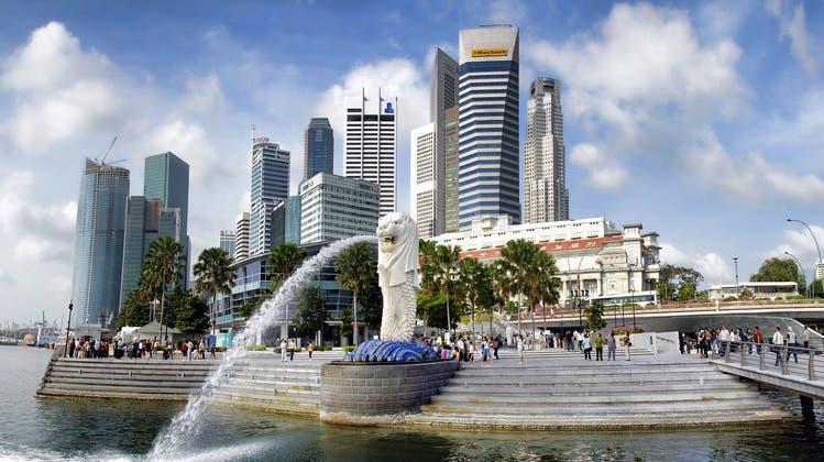Ein Bild aus der Zeit vor Covid: Touristen geniessen die Aussicht vom Luxus-Hotel Marina Bay Sands auf die Skyline von Singapur. (Graham Hobster/Pixabay)