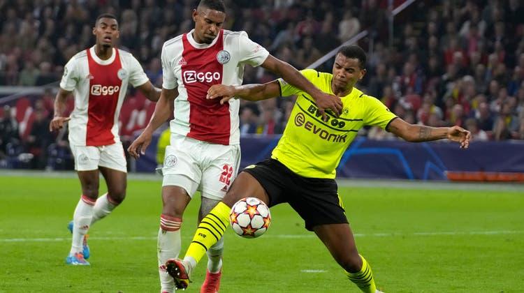 Hatte gegen die Spieler von Ajax Amsterdam oftdas Nachsehen: BVB-Verteidiger Manuel Akanji. (Keystone)