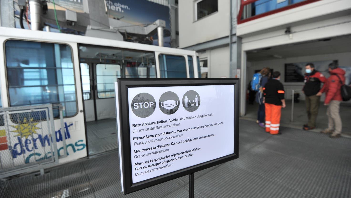 Mit Infotafeln im Skigebiet Gemsstock in Andermatt werden Skifahrer auf die Verhaltensregeln aufmerksam gemacht (Bild: Urs Hanhart (29. Oktober 2020))