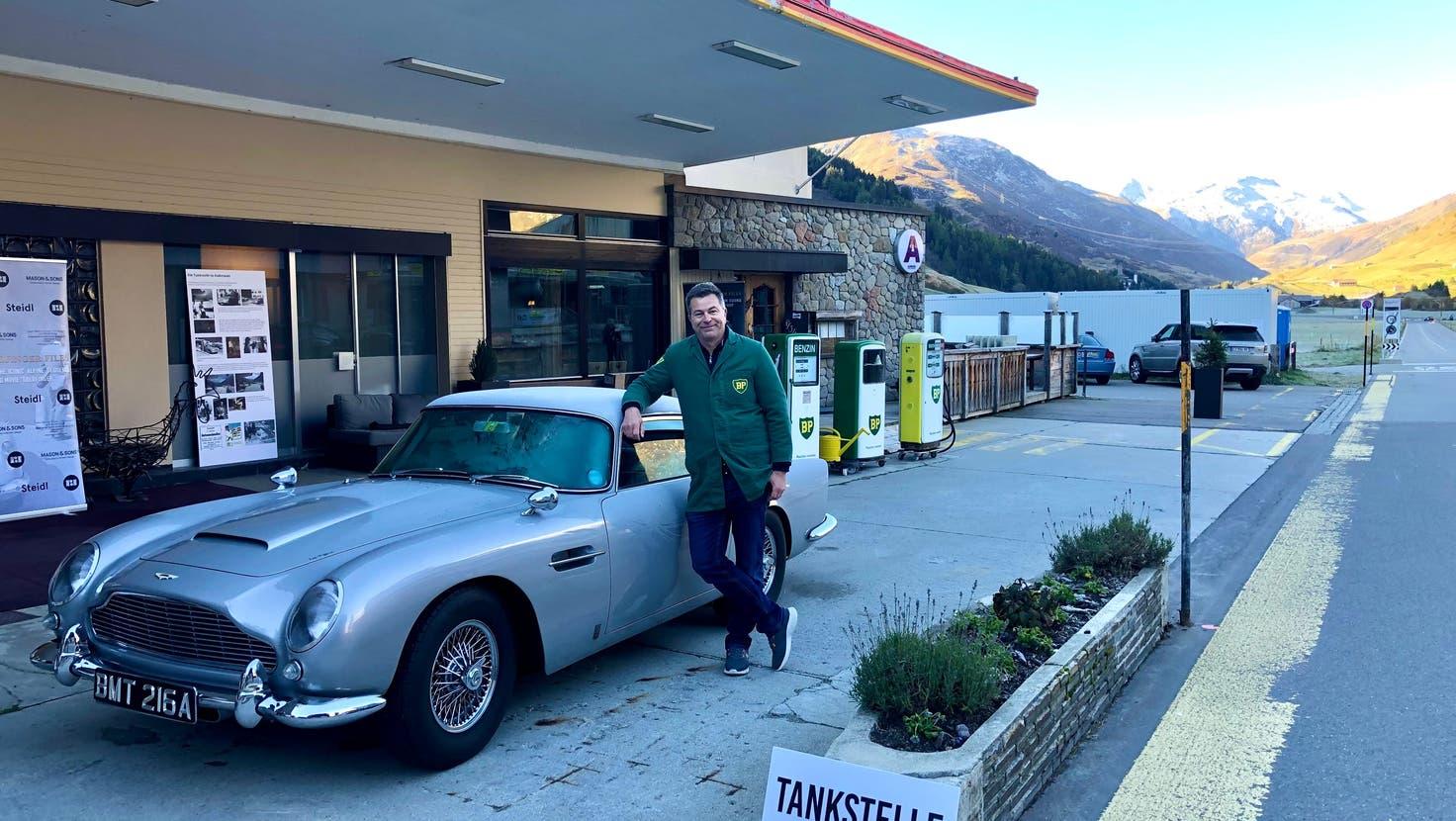 Die ehemalige James-Bond-Tankstelle Aurora ist immer noch ein beliebtes Fotosujet. Auch Markus Hartmann, Präsident des James Bond Clubs Schweiz, posiert gerne für ein Bild. (Bild: PD)