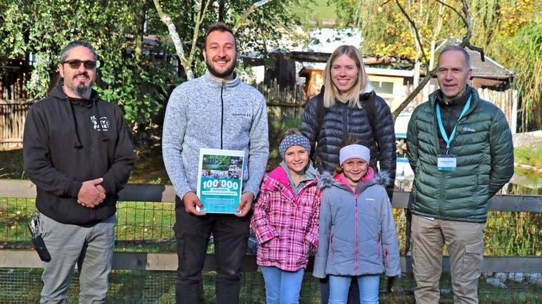 Sikypark Crémines knackt 100'000-Besucher-Marke mitdieser Familie. Thomas Fischer (r.) und Marc Zihlmann (l.) freuen sich mit Silvan, Sandra, Ariane und Liana. (Zvg)