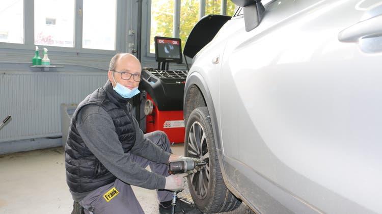 Adrian Bleuler, Filialleiter bei Pneuhaus Frank in Hornussen, weiss, worauf es beim Reifenwechsel ankommt. (Dennis Kalt / Aargauer Zeitung)