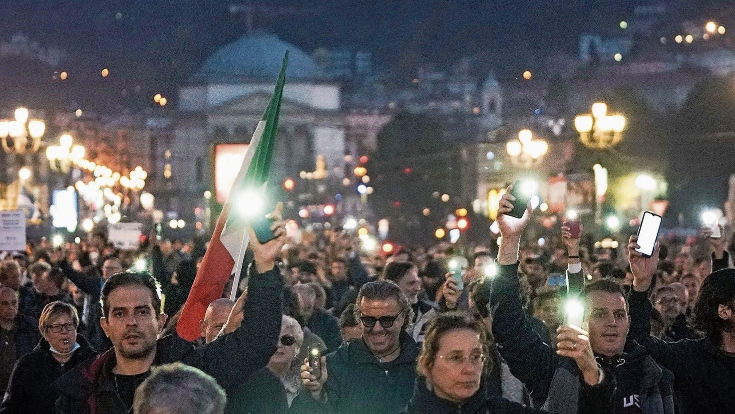 In Italien wird gegen die Zertifikatspflicht am Arbeitsplatz demonstriert. (EPA)