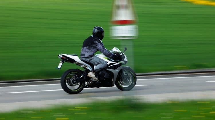 Mehr als doppelt so schnell wie erlaubt war ein Aargauer mit seinem Motorrad in Deutschland unterwegs – zudem überholte er sehr riskant. (Symbolbild: Donato Caspari)