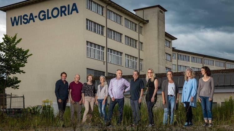 Zehn der 14 Künstlerinnen und Künstler, die Ende Oktober ihre Ateliertüren in der ehemaligen Spielzeugfabrik Wisa Gloria öffnen. (Chris Iseli)