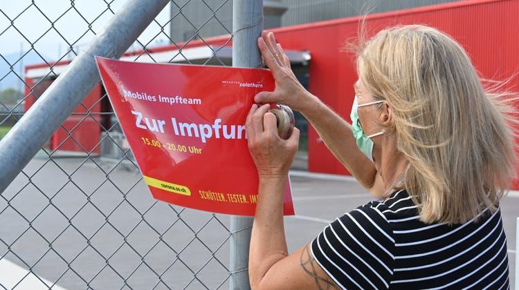 Mobiles Impfteam in Hägendorf vor der Raiffeisen Arena. Eine Gesundheitsfachperson vom Mobilen Impfteam macht letzte Vorbreitungen für den  Impfanlass in der Gemeindehalle. (Bruno Kissling)