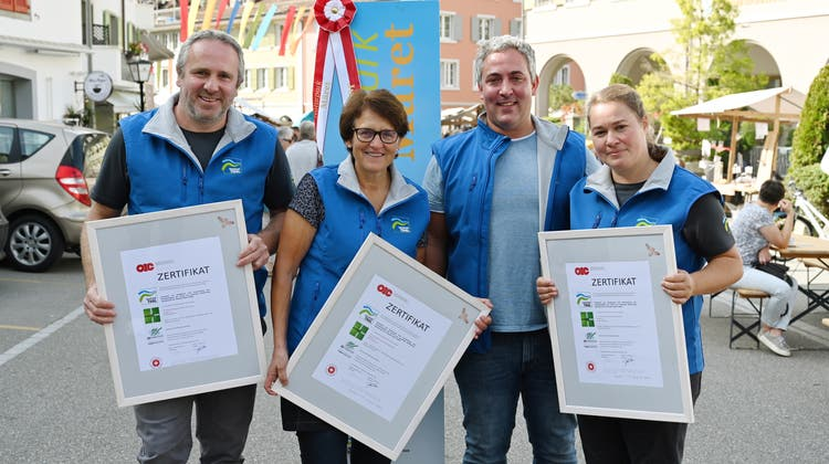 Die neuen Zertifikate verweisen auf das grosse und innovative Engagement der Thaler Imker. (V.l.) Rainer Roth, Heidi Rütti und Stefan und Claudia Szalai zeigen sich stolz am vergangenen Naturpark-Märet in Balsthal. (Zvg)