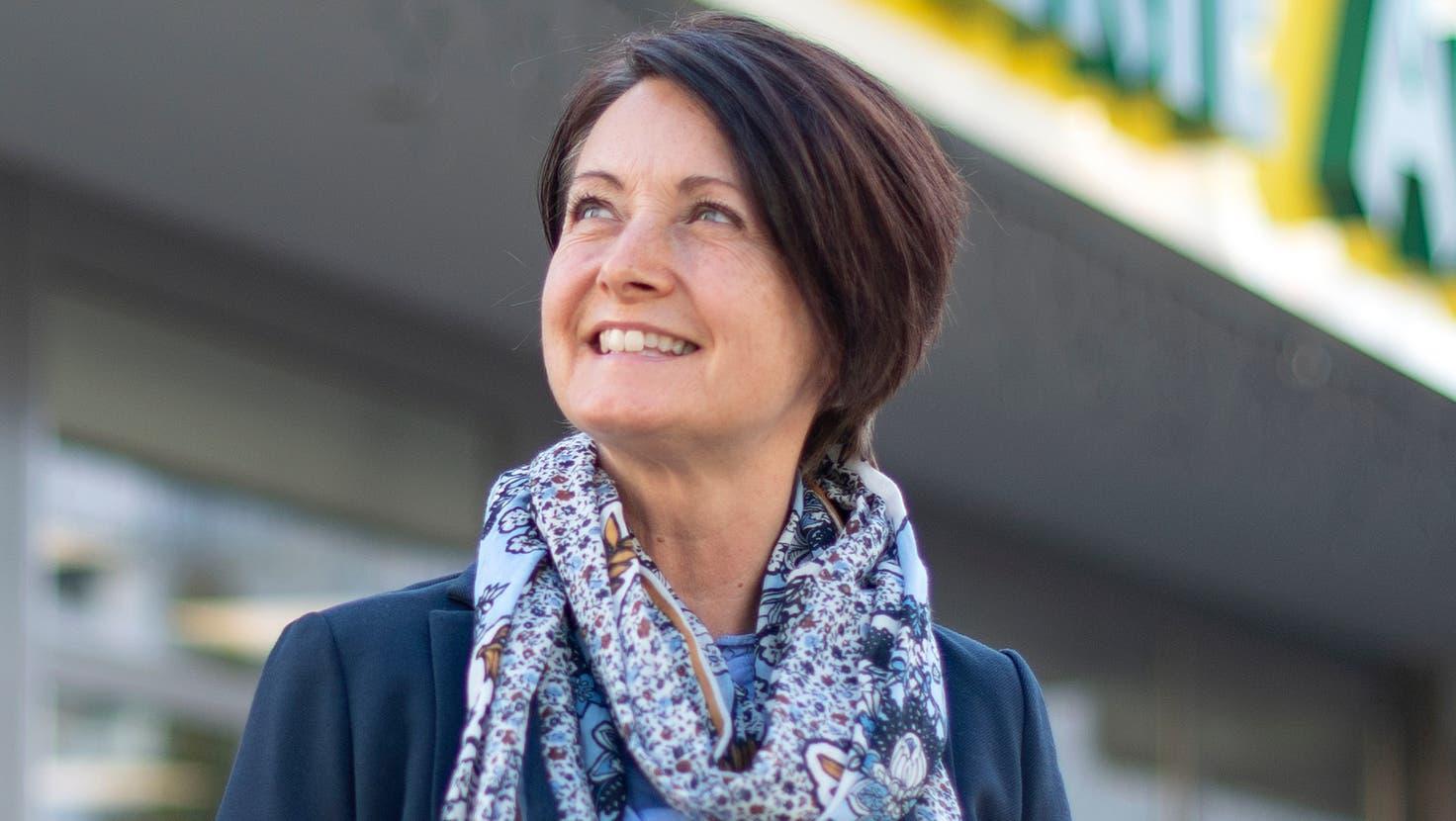 Karin Bieri vor der Urs-Drogerie in Steinhausen, die bislang als einzige Apotheke im Kanton Zug an der Testaktion teilnimmt. (Bild: Maria Schmid (18. Oktober 2021))