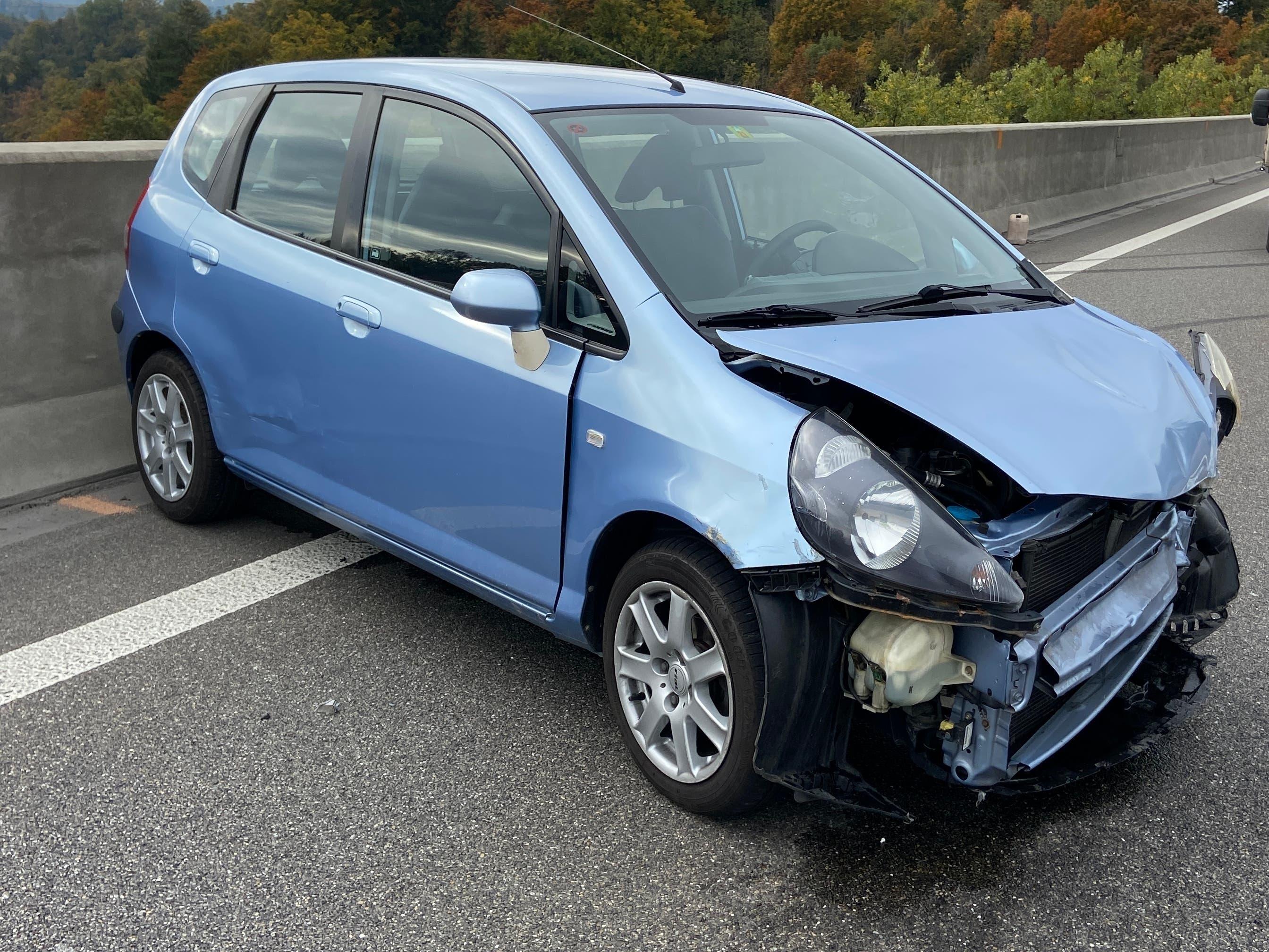 Mülligen, 19. Oktober: Wegen eines anderen Autos musste ein Automobilist auf der A1 ausweichen. Er prallte schleudernd gegen die Brückenmauer. Verletzt wurde niemand. Der andere Wagen fuhr weiter und wird gesucht.