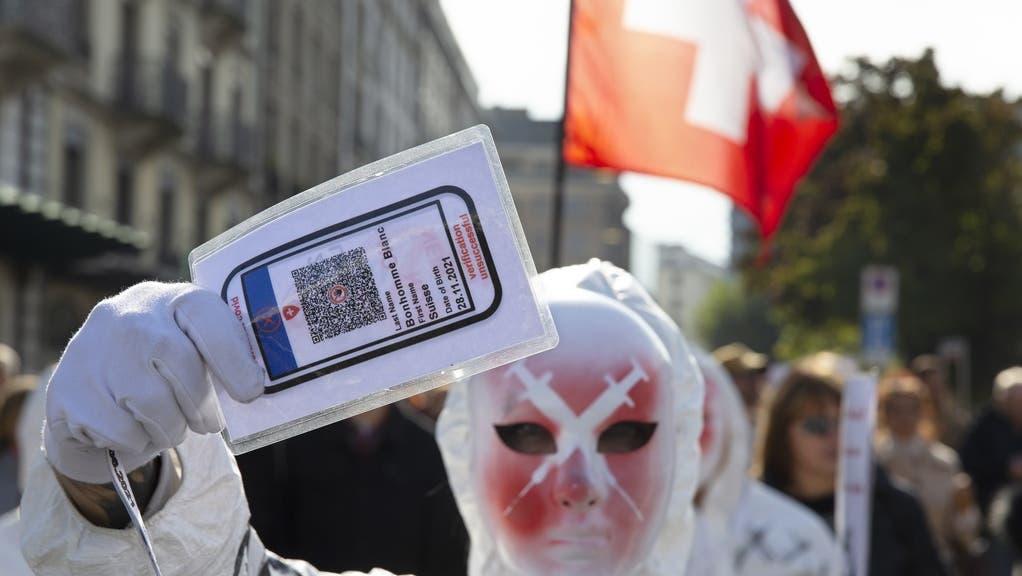 Ein Nein zum Covid-Gesetz würde auch das Aus für das Zertifikat bedeuten. Bild: Corona-Protest in Genf. (Keystone)