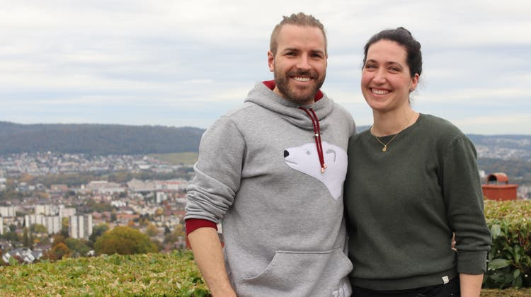 Grüner statt weisser Hintergrund: Fabienne Meier und Christian Bruttel haben ein Touristenbüro auf Spitzbergen, nun sind sie für einen kurzen Heimaturlaub in Bergdietikon. (Lydia Lippuner)