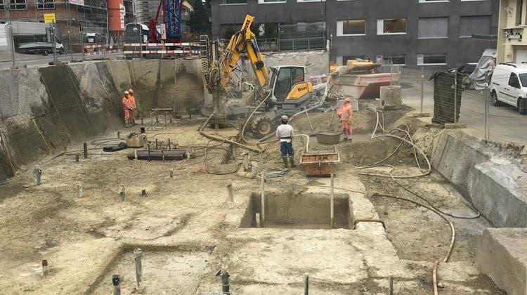 Die Baustelle an der Romanshornerstrasse 2 in Wittenbach: Bis Dezember 2022 entsteht hier der neue Standort der St.Galler Kantonalbank. (Bild: Faida Kazi)