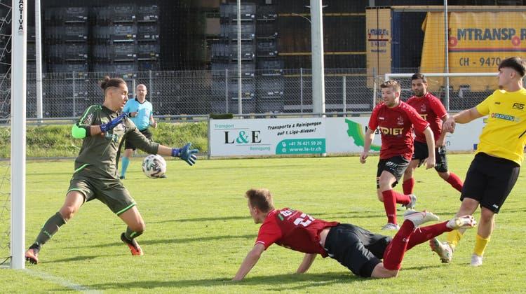 Einleitung der Wende kurz vor der Pause: Kilian Büchel (Mitte) trifft für den FC Gams per Kopf ins lange Eck zum 1:1. (Robert Kucera)