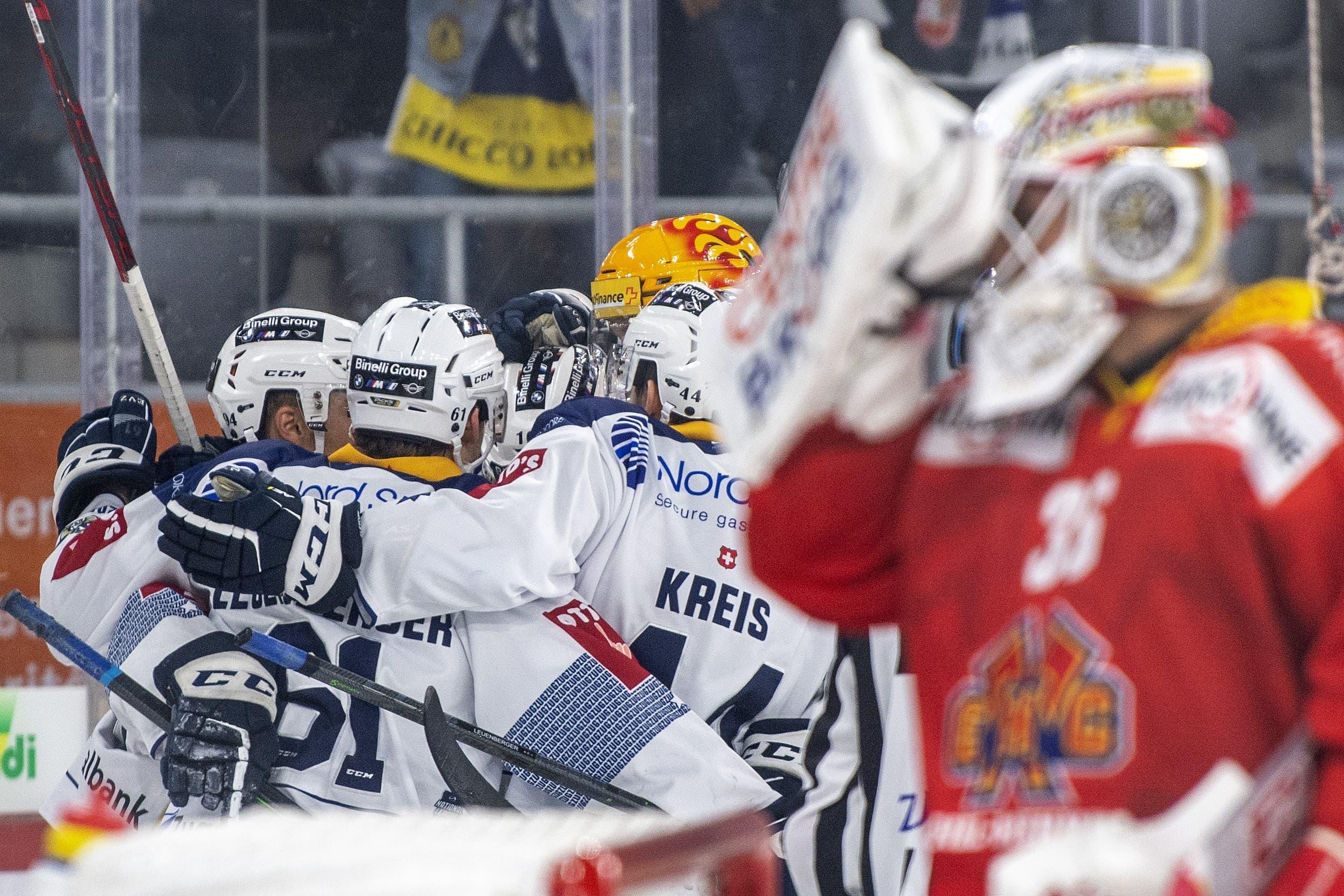 Zugs Spieler feiern ihren Treffer von Hansson zum 0:1.