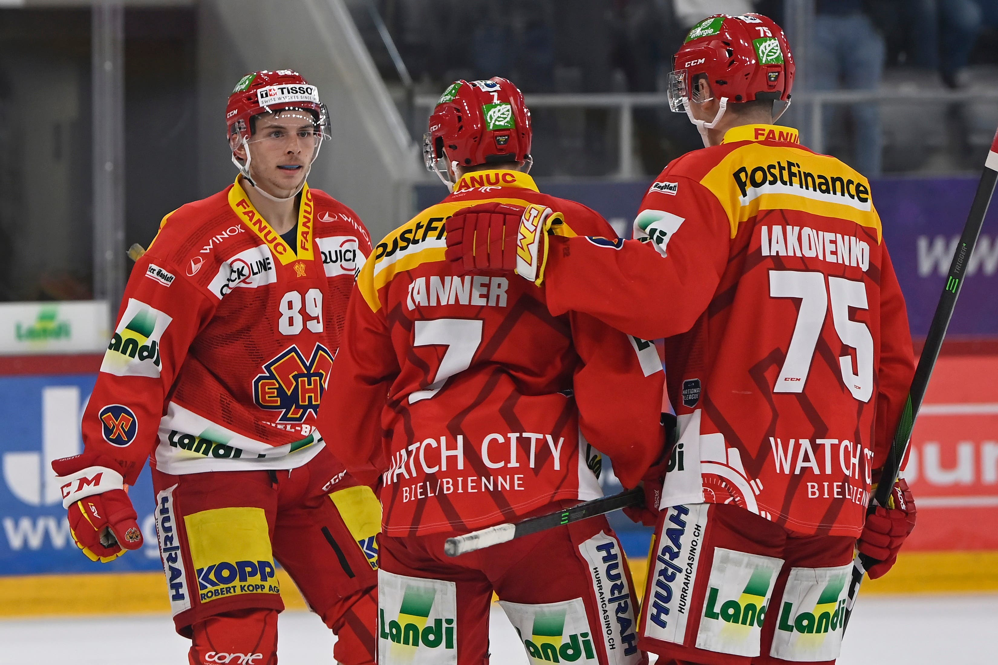 Ramon Tanner (Mitte) jubelt nach dem Tor zum 1:1 mit Tino Kessler (links) und Alexander Yakovenko