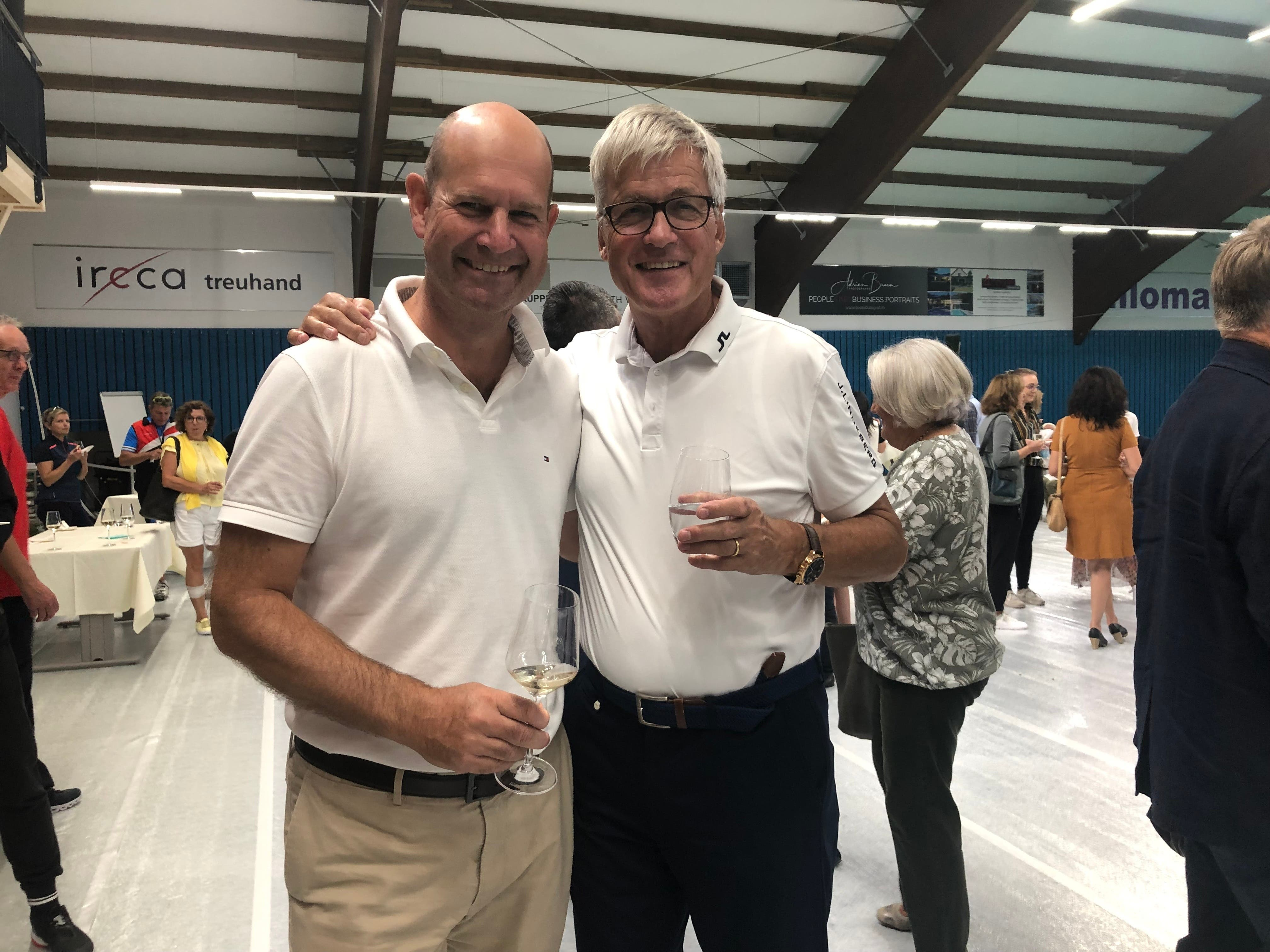 Beides leidenschaftliche Tennisspieler: Dieter Widmer (Direktionspräsident AKB) und Ruedi Dellenbach (bis 2016 Direktionspräsident AKB, rechts).