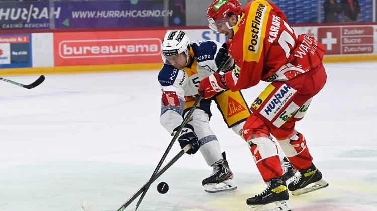 02.10.2021; Biel; Eishockey National League - EHC Biel - EV Zug; Christian Djoos (Zug) gegen Roman Karaffa (Biel) (Urs Lindt/freshfocus) (Urs Lindt / freshfocus)