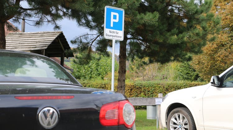 Gegen Dauerparkierer auf dem GansingerGemeindehausparkplatz hat der Gemeinderat ein entsprechendes Schild aufstellen lassen. (Dennis Kalt/Aargauer Zeitung)