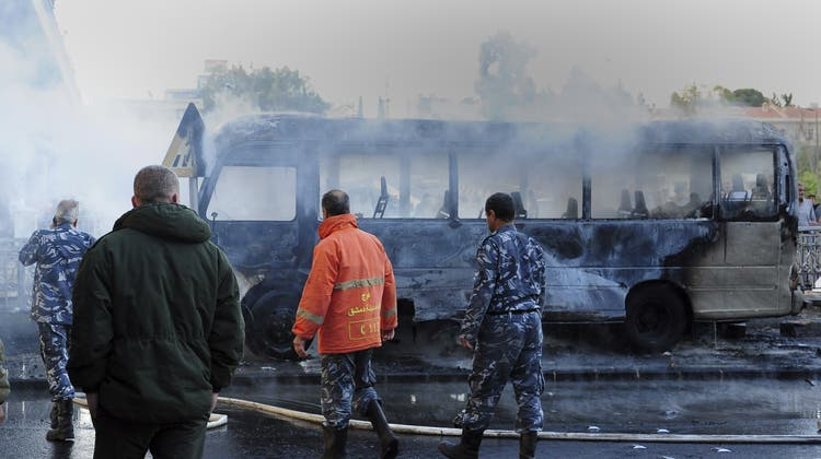 Der ausgebrannte Bus nach den Explosionen. (AP)