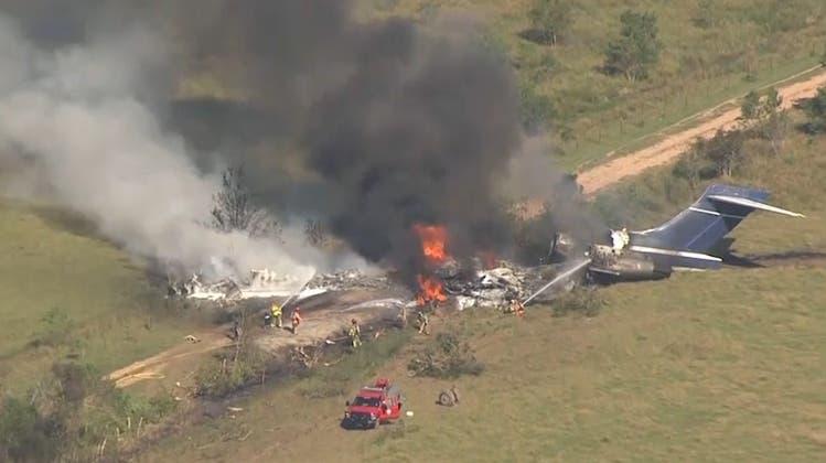 Texas: Flugzeug kommt von Startbahn ab und geht in Flammen auf