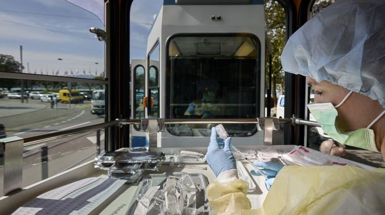Schwierig zu planen: Blick in ein Impftram am Zürcher Bellevue. (Keystone)