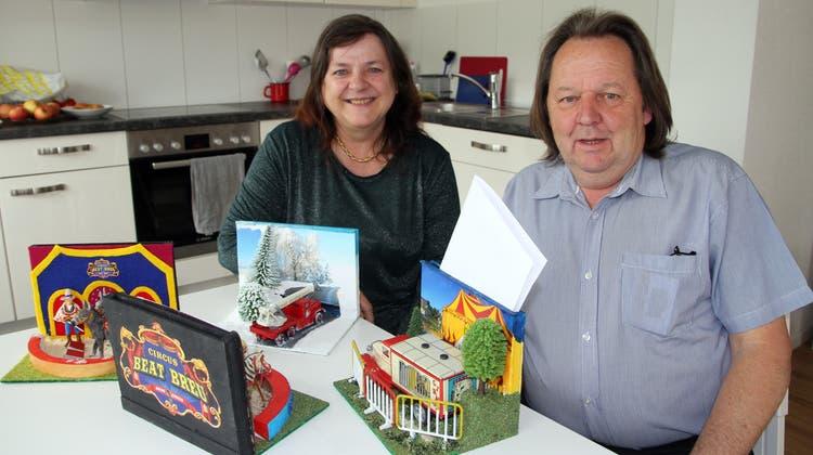 Heidi und Beat Breu haben alle Dekorationselemente zu Hause in ihrerKrummenauer Wohnung angefertigt. (Bild: Urs Huwyler)