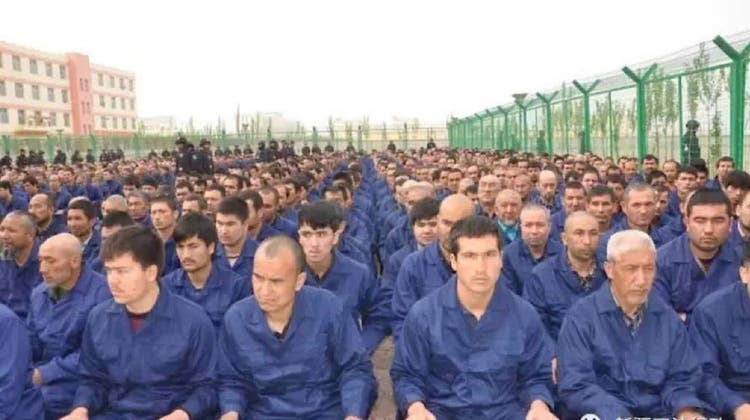 Ein rasugeschmuggeltes Bild aus einem der «Umerziehungscamps», wie China die Arbeitslager nennt, in denen hunderttausende Uiguren ein trauriges Dasein fristen müssen. (WeChat)