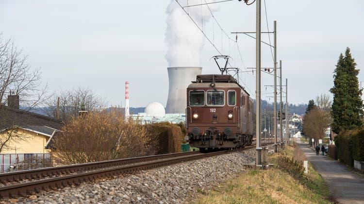 Die Bahnlinie zwischen Laufenburg und Koblenz, die heute nur von Güter- und Servicezügen befahren wird, soll wieder für den Personenverkehr geöffnet werden. (Alex Spichale)