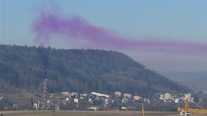 In der Kehrichtverbrennungsanlage Turgi stieg im Februar 2012 violetter Rauch auf – dies war harmlos, der Grund waren verbrannte Jodtabletten – aber die Aufnahme zeigt gut, wie sich Schadstoffe in der Umgebung der Anlage verbreiten. (Leserreporter/zvg)