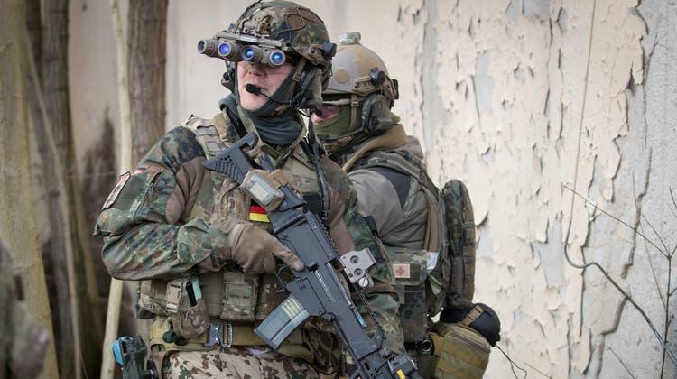 Spezialkräfte der Bundespolizei nahmen am Mittwoch zwei ehemalige Bundeswehrsoldaten fest. (Symbolbild: Keystone)