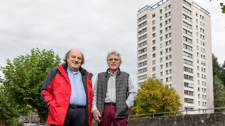 Leo Keller (SP, rote Jacke) und Raumplanexperte Christoph Haller bei den Hochhäusern im Aarauer Goldern-Quartier. (Sandra Ardizzone)