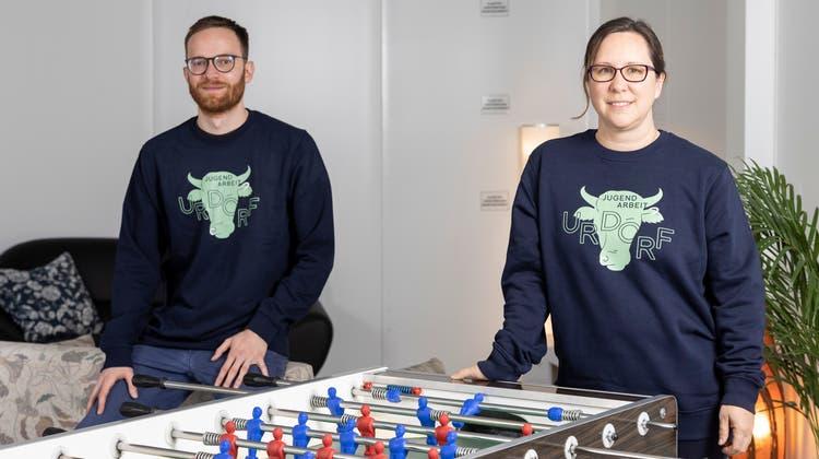 Benjamin Timischl und Ramona Hochrainerleiten seit rund einem Jahr den Urdorfer Jugendtreff auf dem Embri-Areal. (Severin Bigler)