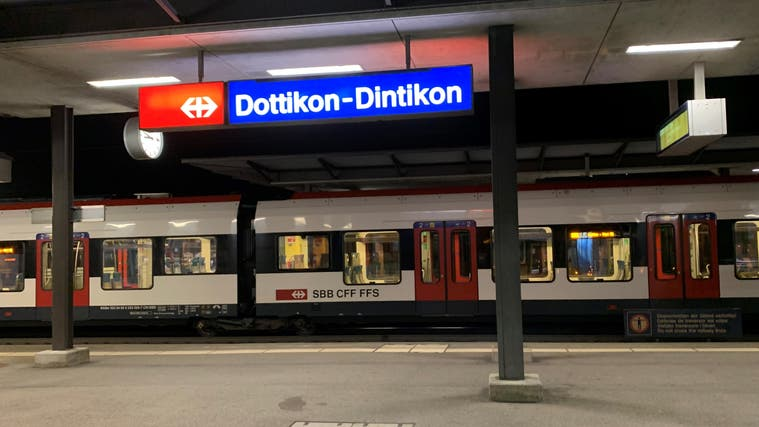 Wenn die S25 aus Brugg am Bahnhof Dottikon-Dintikon eintrifft, sind die Busse nach Hägglingen und Villmergen gerade abgefahren. Das soll sich nun teilweise ändern. (Pascal Bruhin)