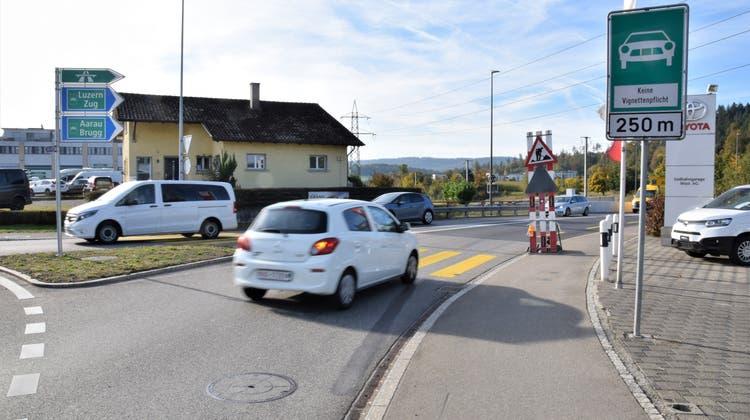 Gefährliche Kombination? Beim Baschnagel-Kreisel in Windisch befinden sich sowohl die Wegweiser Richtung Autobahn als auch das Schild Autostrasse. (Michael Hunziker)