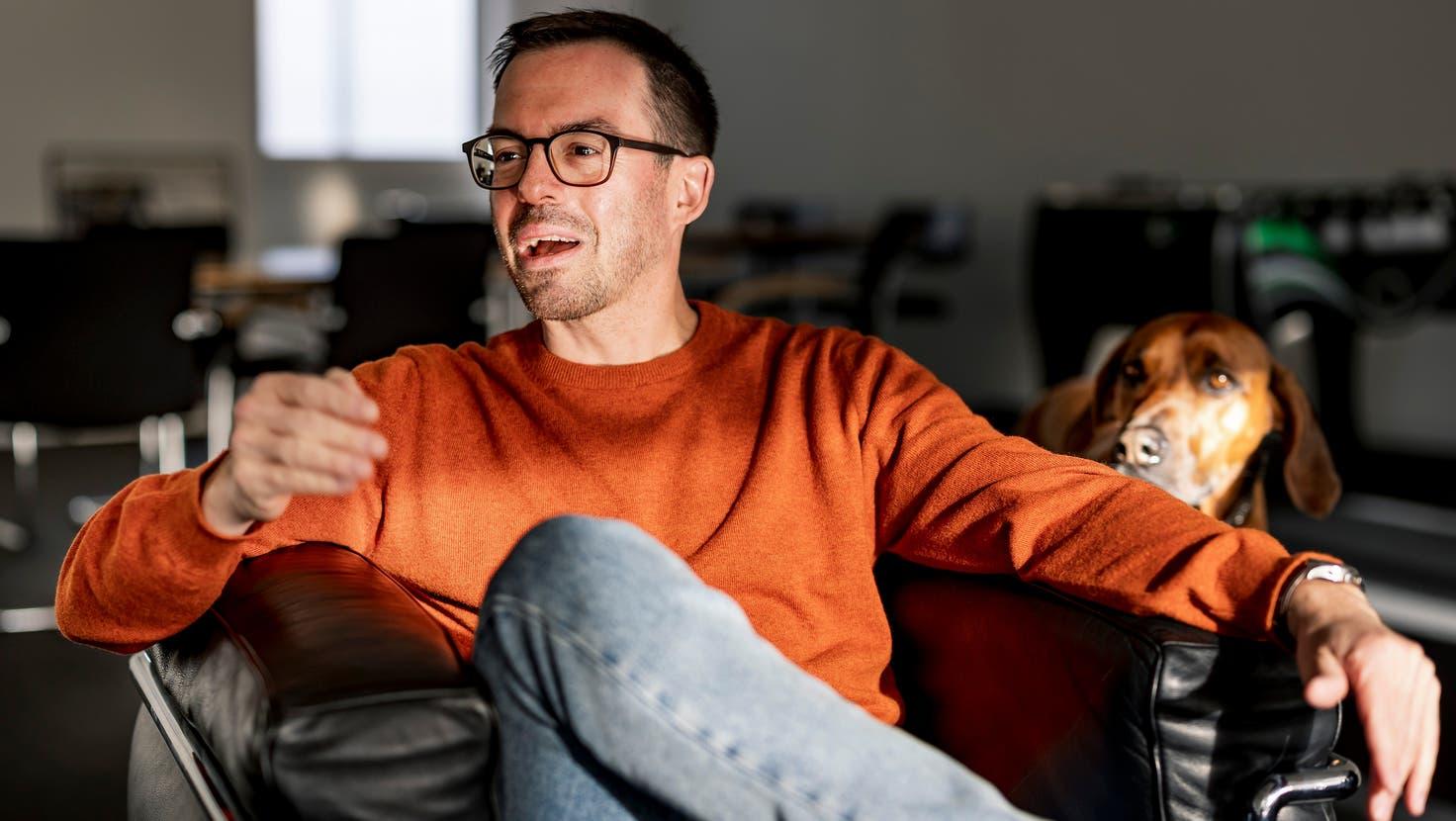 In «Die Höhle der Löwen Schweiz» investiert Tobias Reichmuth besonders in nachhaltige Produkte– Hund Fritz ist auch in der Sendung dabei. (Kenneth Nars (Basel, 20. Oktober))
